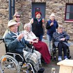 Auch Altbürgermeister Josef Krebs und zwei ältere Bürgerinnen mit Betreuerinnen lassen sich den Süßen schmecken