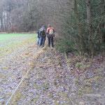 Einige Wanderer schauten sich das Gleisbett näher an