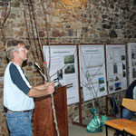 Armin Blendermann von der Baumschule Rinn erläutert, wie ein Hochstammsetzling gezogen wird