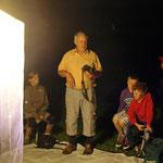 Dr. Klinger erklärt den Kindern die Lebensgewohnheiten der Nachtfalter
