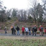 Die Wanderer suchen die Ähnlichkeit zu den Eschbacher Klippen