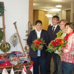 Erwarten die ersten Besucher: Die Damen vom Frauenbund Oberreitnau mit den Stiftungsvorständen. Foto: VR-Stiftung