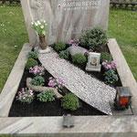 Trauerfloristik: Grabgestaltung mit Alu-Schiene