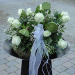 Weiße Rosen und als besonderen Hingucker Lotus der im Motto golden angehaucht wurde
