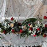 Sarggesteck, klassisch mit roten Rosen und Schleierkraut