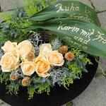 """Stilvoller Weidenkranz mit der Rose """" Peach"""" und Grüße auf Blättern geschrieben"""