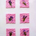 Foto  (c) Traudi   Kleine Blüten auf geschöpftem Papier