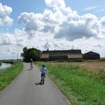 kilometerlange flache Fahrradwege im Polderland