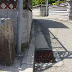 荒井村道路元標の左側面、後方が荒井神社北の道標
