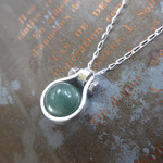 Petit pendentif goutte en argent et jade naturel vissé