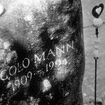Friedhof Kilchberg - ...nur der mittlere Sohn Golo Mann verfügte zu Lebzeiten, nicht im Familiengrab beigesetzt zu werden. Er wollte so weit wie möglich von seinem Vater entfernt auf dem Friedhof beerdigt werden.