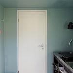 Kleine Küche und Tür zur Toilette