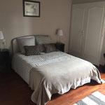 Première chambre après, avec peinture et décoration coloris gris/blanc