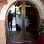 T 016 elektrische Hoteleingangstür - Moigg im Zillertal - Bronze mit sandgestralten Glas