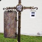 Grabkreuz mit Glaskristall und Schieferplatte in Bronze mit Rosenstock - GK 006