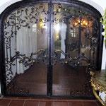 T 025 Hoteleingangstür mit Sicherheitsglas - geschmiedet mit vergoldeten Zierteilen