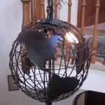L 036a Weltkugel mitLängs- & Breitengrade und Leuchtpunkte für die Einzelnen Firmenfilialen