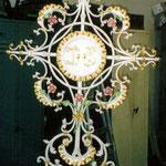 Grabkreuz IHS in Alt Weiß Gold gefasst - GK 004