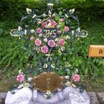 Grabkreuz mit Rosen in Schwarz Grün Gold gefasst - GK 001