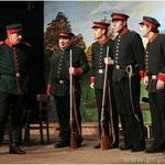 Adrett in Uniform (v.l.): Major Herr von Dornberg (Raimund Klein), die Grenzer Schlag, Knall und Sturm (Gerhard Hutterer, Martin Eichlseder, Axel Stögbauer) und Grenzsoldat Herrmann Blau (Christian Fischer).