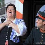 Viel Einsatz legten die Darsteller an den Tag, wie hier Daniela Günzel und Martin Eichlseder als Gertrud und Grenzer Knall.