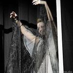 Elvira Condomine (Maria Allmeroth) erscheint als Geist ihrem seinerzeitigen Ehemann.