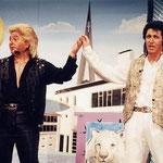 Georg Müller (l.) und Klaus Ragaller rissen das Publikum als Las-Vegas-Magier Siegfried und Roy zu wahren Begeisterungsstürmen hin.