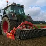 Bodenbearbeitung für das Erdbeerfeld