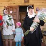 Матушка Наталья с розами отправляется в Н.Сысоевский Храм Успения Пресвятой Богородицы поздравлять прихожанок.