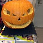 電気屋さんで大きな生のかぼちゃランタン☆