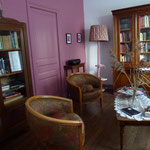 Le salon et de nombreux ouvrages
