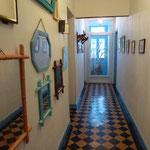 Le couloir permet d'accéder aux chambres et au salon