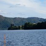 ein Blick vom Nessieboot aus auf See und Castle