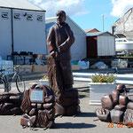 dieser Herr hat uns am Hafen begrüsst - er wurde in Erinnerung an diejenigen, die auf See geblieben sind, aufgestellt