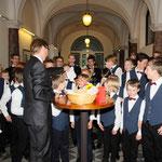 """Bei der Zugabe im Rathaus-Foyer werden dem Liedtext """"Schluchzen"""" gemäß Taschentücher verteilt"""