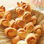 ベーコンエピ パン屋さんで人気のパン。粒マスタードとベーコンを包んで焼き上げます