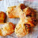マスタードウインナー 粒マスタードとウインナーをパン生地で包んで 表面はパン粉でサクサクに仕上げます