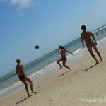 Clovis, Bruna und Daniel beim Strandfussball