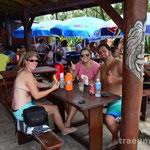 Leckere Pastel in der Strandbar Praia da Ferrugem (Eva, Anne und Thiago)