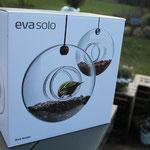 Eva Solo Vogelfutterhaus, Futterring oder Futterhäuschen ist nur für einen geschickten Vogel erreichbar