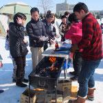 冬期の被災においては「暖かい食事」ということが重要である。ここでは、紙パックを燃やしホットドッグを加熱する方法を実演