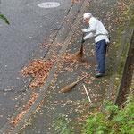 ついでに道路も掃除して