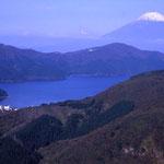 ⑥箱根からの富士山、ここから伊豆半島の天城山に至る山々まで、富士山の眺めは終始絶景(箱根町)