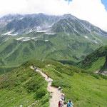 ⑥立山室堂の夏、立山黒部アルペンルートを利用して標高3000mの懐に到達、高山植物を楽しむ登山者と観光客で混雑。