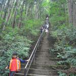 長い階段を慎重に下るこどもたち。雨の後だった。