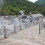 ⑤雲仙地獄の遊歩道、80年前に指定された日本最古の国立公園雲仙、長崎に滞在した外国人の避暑地として開発された老舗の温泉保養地。