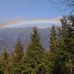 ①色鮮やかな虹、雲取山から七ツ石山、鷹ノ巣山方面の稜線伝いに、偏西風に流される冷たい霧が発生(東京都奥多摩町)