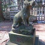 ②宝登山神社奥宮前のオイヌサマの石像(埼玉県長瀞町)