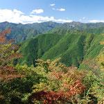 ①多摩川上流部の森林、川乗山頂から雲取山方面を望む、源流部は東京都の水源林として自然林を保全管理(東京都奥多摩町)