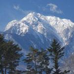 ②甲斐駒ケ岳、3000mに少し届かない山であるが、小淵沢から見上げるその存在感は抜群(山梨県北杜市)